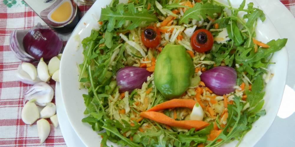 """în Ianuarie… după atâta """"întinerire"""" cu friptură și cârnați merge și o moșnegească rădăcinoasă-n frunze verzi… Bon Apetit!"""